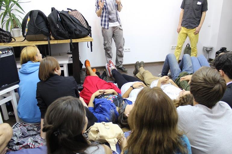 Студенты слушают лекцию лёжа