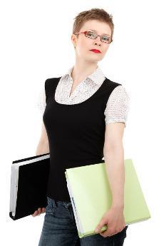 секретарь с папками документов