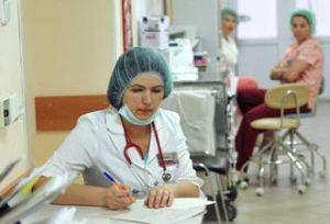 Сколько платят медсестре в Москве и регионах