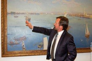 Дмитрий Белюкин, народный художник России, действительный член Российской академии художеств, у своей картины «Утренняя прогулка Екатерины Великой по Неве осенью 1789 года»