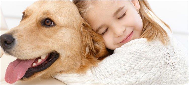 девочка-и-собака-обнимаются