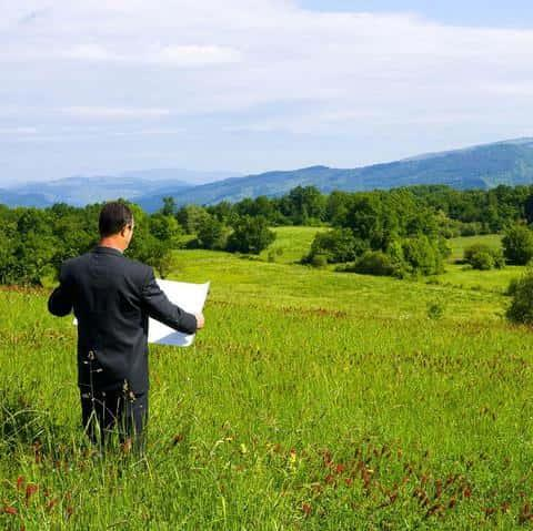 Иногда может возникнуть ситуация принудительного лишения права на земельный участок
