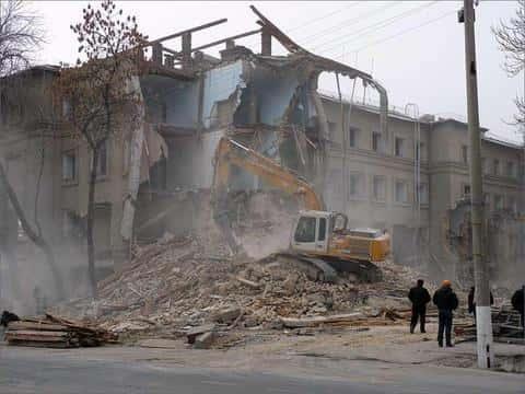Если жилое здание будет сноситься, то в обязанности девелопера входит расселить с него граждан