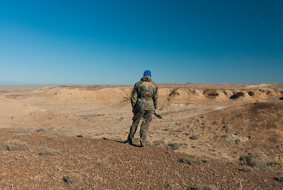 Павел Скучас осматривает верхнемеловые отложения в Казахстане 042_rusrep_14-1.jpg предоставлены пресс-службой Томского государственного университета