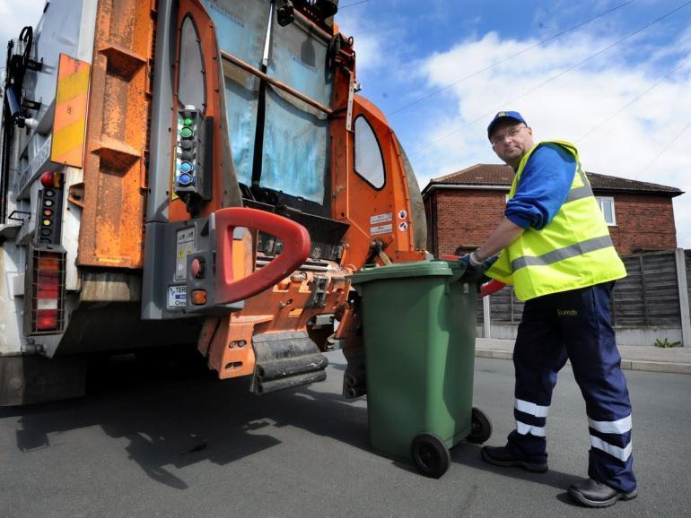 Сколько получают мусорщики