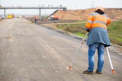 Во время строительства фиксируется на картах все стадии застройки, чтобы строительство шло в точном соответствии с проектом, выверяется степень деформации сооружений.