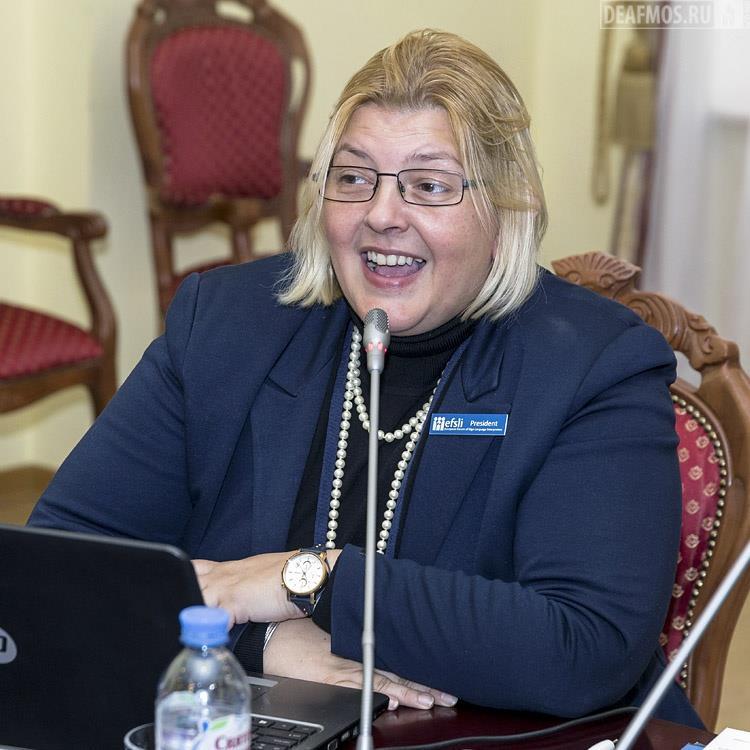 Ивана Бучко, президент Европейского форума переводчиков жестового языка (ЕFSLI), на английском языке рассказала о зарубежном опыте глухих переводчиков жестового языка.
