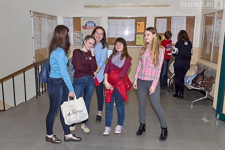 Студенты МГЛУ с радушием встречали участников семинара и показывали путь в конференц-зал университета.