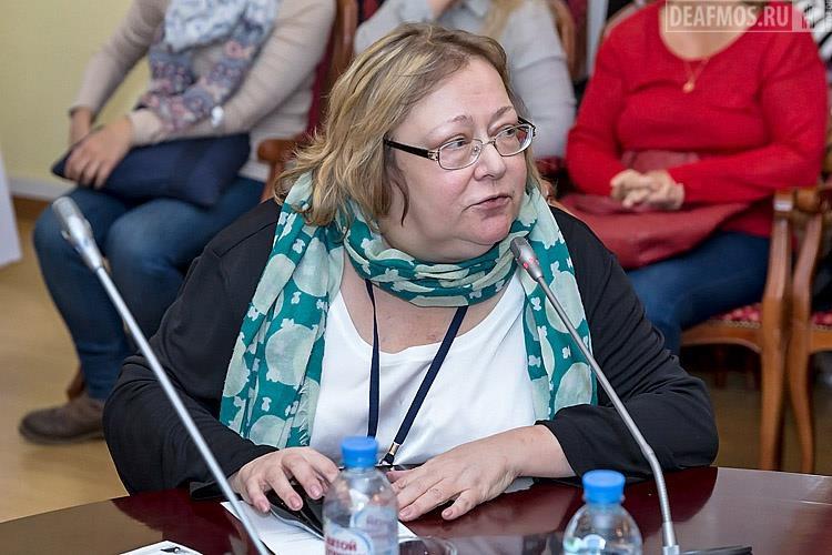 Анна Комарова с докладом «Переводчик или коммуникатор?». Она поделилась фактами о проблемных нюансах работы слышащих переводчиков и пользе «глухого переводчика» для неслышащего сообщества.