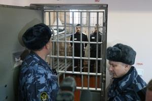 Сколько получает тюремный надзиратель?
