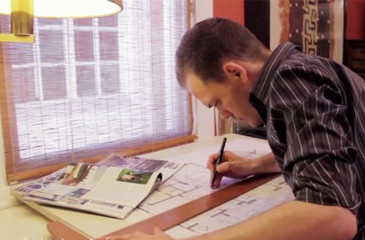 Молодой мужчина зарабатывает при помощи разработки дизайна.