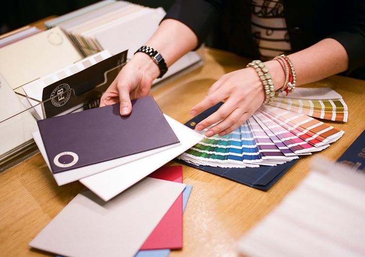 Женщина работающая дизайнером предлагает клиенту разные дизайнерские решения.