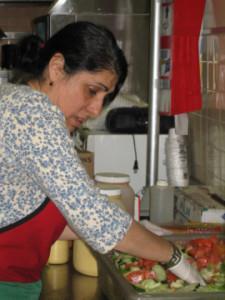 женщина-соцработник готовит обед для клиента