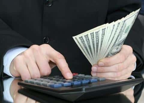 После определения рисков для компании, андеррайтер занимается расчетом страховых тарифов