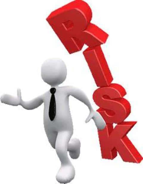 В страховании, андеррайтер оценивает риски и целесообразность выдачи страховки клиенту