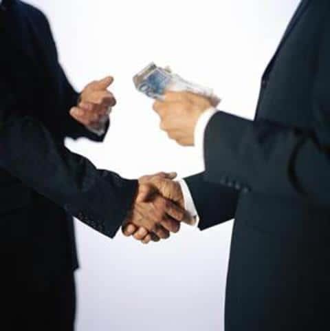 На рынке ценных бумаг, андеррайтер гарантирует эмитенту продажу всех выпцщенных бумаг