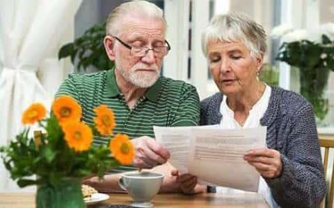 Чем старше клиент, обратившийся за кредитом, тем выше вероятность, что ему андеррайтер откажет