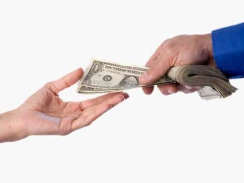 Комиссионные брокеру платит не андеррайтер, а клиент, которому она разместил риски