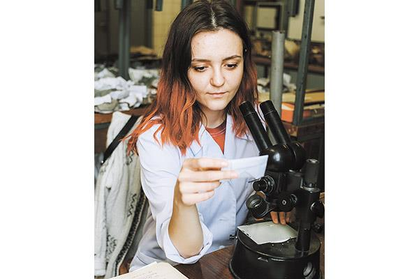 Микроскоп — один из главных рабочих инструментов геолога в лаборатории.