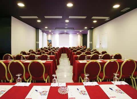 Все чаще в крупных офисных зданиях строят дополнительно бары, рестораны, кино и конференц залы