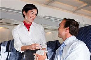 Стюардесса говорит с пассажиром