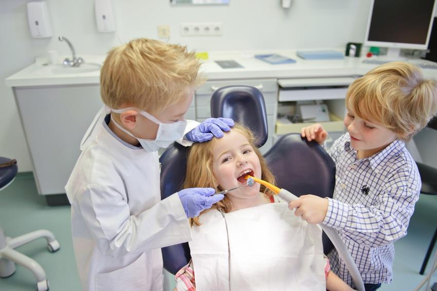 дети играют в стоматологию