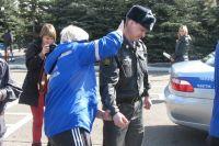 В Красноярске местная полиция обучает работников «скорой помощи» приёмам самообороны. Сначала пациента нужно обезвредить и только потом оказать первую медицинскую помощь.