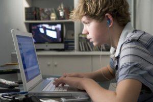 Подросток работает в интернете