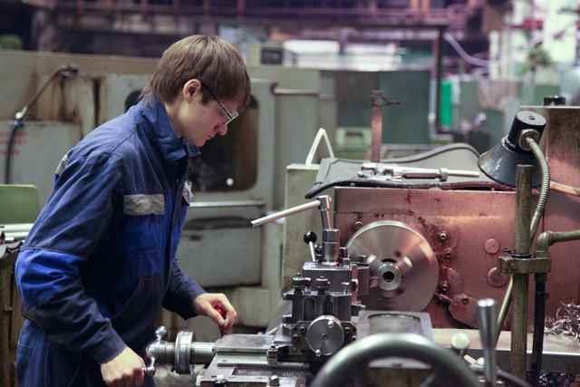 Работа молодого токаря за станком