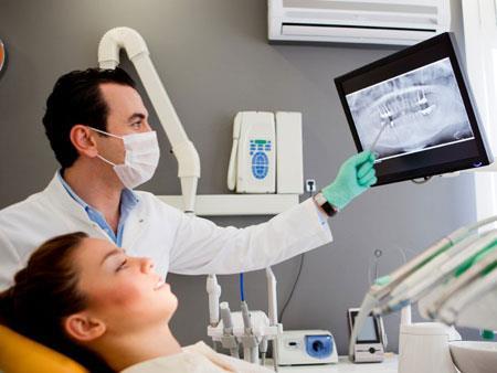 ортодонт изучает снимок