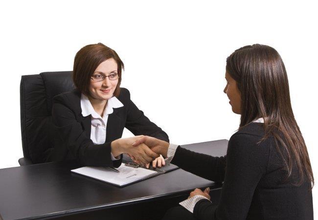 рукопожатие двух женщин