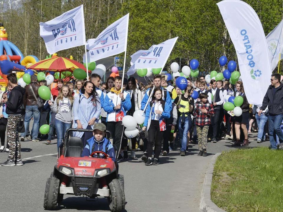 Главные участники праздничного шествия - дети и молодежь!