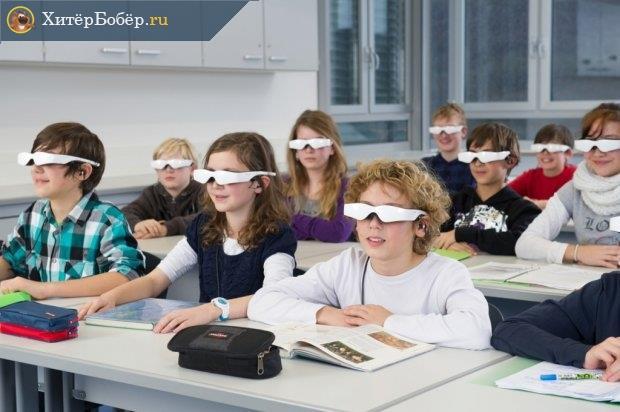 Школьники за партами в очках виртуальной реальности