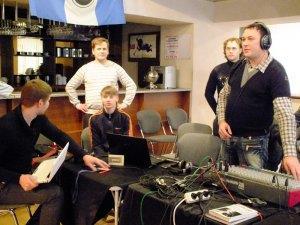 Работа звукорежиссера. Олег Красовский - третий слева. Фото из личного архива